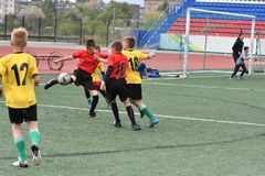 Orenburg, Rusia - 28 de mayo de 2017 año: El fútbol del juego de los muchachos Fotografía de archivo libre de regalías