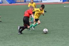 Orenburg, Rusia - 28 de mayo de 2017 año: El fútbol del juego de los muchachos Foto de archivo libre de regalías