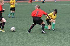 Orenburg, Rusia - 28 de mayo de 2017 año: El fútbol del juego de los muchachos Imágenes de archivo libres de regalías