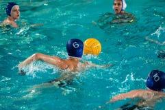 Orenburg, Rusia - 6 de mayo de 2015: El juego de los muchachos en water polo Imagen de archivo