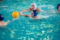 Orenburg, Rusia - 6 de mayo de 2015: El juego de los muchachos en water polo Foto de archivo libre de regalías