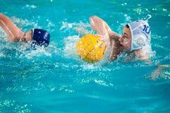 Orenburg, Rusia - 6 de mayo de 2015: El juego de los muchachos en water polo Imagen de archivo libre de regalías