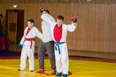 Orenburg, Rusia - 14 de mayo de 2016: Los muchachos compiten en lucha mano a mano Foto de archivo