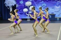 Orenburg, Rusia - 25 de noviembre de 2017 año: las muchachas compiten en gimnasia rítmica realizan ejercicios con los clubs de de Imágenes de archivo libres de regalías