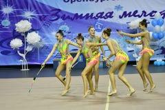 Orenburg, Rusia - 25 de noviembre de 2017 año: las muchachas compiten en gimnasia rítmica realizan ejercicios con los clubs de de Fotos de archivo libres de regalías