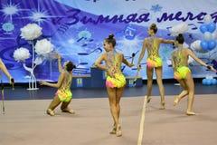 Orenburg, Rusia - 25 de noviembre de 2017 año: las muchachas compiten en gimnasia rítmica realizan ejercicios con los clubs de de Foto de archivo