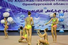 Orenburg, Rusia - 25 de noviembre de 2017 año: las muchachas compiten en gimnasia rítmica realizan ejercicios con los clubs de de Imagenes de archivo