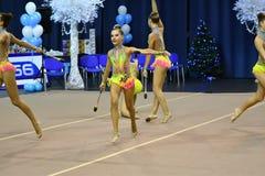 Orenburg, Rusia - 25 de noviembre de 2017 año: las muchachas compiten en gimnasia rítmica realizan ejercicios con los clubs de de Imagen de archivo libre de regalías