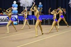 Orenburg, Rusia - 25 de noviembre de 2017 año: las muchachas compiten en gimnasia rítmica realizan ejercicios con los clubs de de Fotografía de archivo libre de regalías