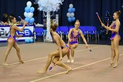 Orenburg, Rusia - 25 de noviembre de 2017 año: las muchachas compiten en gimnasia rítmica realizan ejercicios con los clubs de de Imagen de archivo