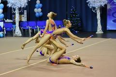 Orenburg, Rusia - 25 de noviembre de 2017 año: las muchachas compiten en gimnasia rítmica realizan ejercicios con los clubs de de Fotos de archivo