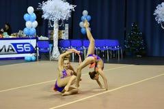 Orenburg, Rusia - 25 de noviembre de 2017 año: las muchachas compiten en gimnasia rítmica realizan ejercicios con los clubs de de Foto de archivo libre de regalías