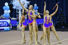 Orenburg, Rusia - 25 de noviembre de 2017 año: las muchachas compiten en gimnasia rítmica realizan ejercicios con los clubs de de Fotografía de archivo