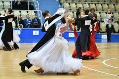 Orenburg, Rusia - 12 de noviembre de 2016: Baile de la muchacha y del muchacho Fotos de archivo