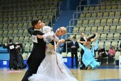 Orenburg, Rusia - 12 de noviembre de 2016: Baile de la muchacha y del muchacho Imagen de archivo libre de regalías