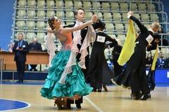 Orenburg, Rusia - 12 de noviembre de 2016: Baile de la muchacha y del muchacho Imagenes de archivo
