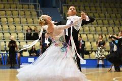 Orenburg, Rusia - 12 de noviembre de 2016: Baile de la muchacha y del muchacho Imágenes de archivo libres de regalías