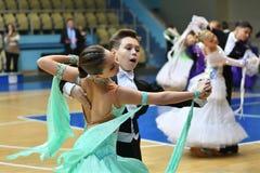 Orenburg, Rusia - 12 de noviembre de 2016: Baile de la muchacha y del muchacho Foto de archivo