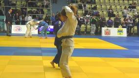 Orenburg, Rusia - 21 de octubre de 2017: Las muchachas compiten en judo almacen de metraje de vídeo