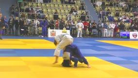 Orenburg, Rusia - 21 de octubre de 2017: Las muchachas compiten en judo almacen de video