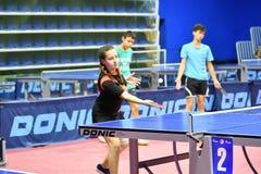 Orenburg, Rusia - 15 de septiembre de 2017 año: muchacha que juega a ping-pong Imágenes de archivo libres de regalías