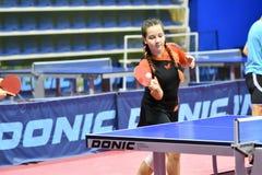 Orenburg, Rusia - 15 de septiembre de 2017 año: muchacha que juega a ping-pong Imagen de archivo