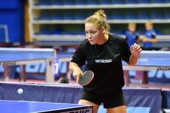 Orenburg, Rusia - 15 de septiembre de 2017 año: muchacha que juega a ping-pong Imagenes de archivo