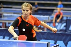 Orenburg, Rusia - 15 de septiembre de 2017 año: muchacha que juega a ping-pong Fotos de archivo