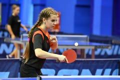 Orenburg, Rusia - 15 de septiembre de 2017 año: muchacha que juega a ping-pong Fotografía de archivo