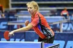 Orenburg, Rusia - 15 de septiembre de 2017 año: muchacha que juega a ping-pong Fotografía de archivo libre de regalías