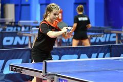 Orenburg, Rusia - 15 de septiembre de 2017 año: muchacha que juega a ping-pong Foto de archivo libre de regalías