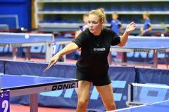 Orenburg, Rusia - 15 de septiembre de 2017 año: muchacha que juega a ping-pong Foto de archivo