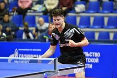 Orenburg, Rusia - 28 de septiembre de 2017 años: el muchacho compite en el tenis de mesa de juegos Imagen de archivo