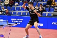 Orenburg, Rusia - 28 de septiembre de 2017 años: el muchacho compite en el tenis de mesa de juegos Imagenes de archivo