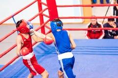 Orenburg, Rusia - del 29 de abril al 2 de mayo de 2015 año: Los boxeadores de los muchachos compiten Fotografía de archivo libre de regalías