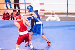 Orenburg, Rusia - del 29 de abril al 2 de mayo de 2015 año: Los boxeadores de los muchachos compiten Imagen de archivo libre de regalías