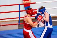 Orenburg, Rusia - del 29 de abril al 2 de mayo de 2015 año: Los boxeadores de los muchachos compiten Foto de archivo