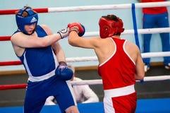 Orenburg, Rusia - del 29 de abril al 2 de mayo de 2015 año: Los boxeadores de los muchachos compiten Foto de archivo libre de regalías