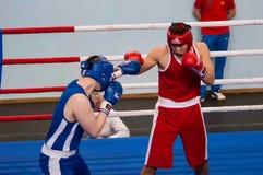 Orenburg, Rusia - del 29 de abril al 2 de mayo de 2015 año: Los boxeadores de los muchachos compiten Fotos de archivo libres de regalías