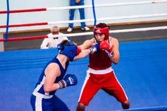 Orenburg, Rusia - del 29 de abril al 2 de mayo de 2015 año: Los boxeadores de los muchachos compiten Imágenes de archivo libres de regalías