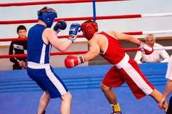 Orenburg, Rusia - del 29 de abril al 2 de mayo de 2015 año: Los boxeadores de los muchachos compiten Imagenes de archivo
