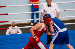 Orenburg, Rusia - del 29 de abril al 2 de mayo de 2015 año: Los boxeadores de los muchachos compiten Fotografía de archivo