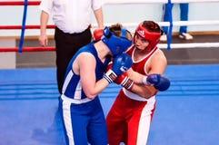 Orenburg, Rusia - del 29 de abril al 2 de mayo de 2015 año: Los boxeadores de los muchachos compiten Fotos de archivo