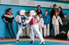 Orenburg, Rusia - 23 04 2016: El Taekwondo compite las muchachas Foto de archivo