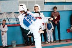 Orenburg, Rusia - 23 04 2016: El Taekwondo compite las muchachas Imagen de archivo