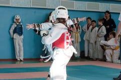 Orenburg, Rusia - 23 04 2016: El Taekwondo compite las muchachas Imagenes de archivo