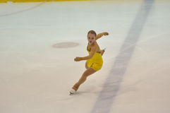 Orenburg, Rusia - 26 03 2016: Figura patinador de la muchacha Foto de archivo libre de regalías