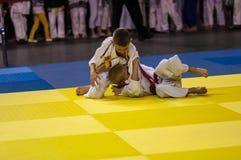 Orenburg, Rusland - 16 April 2016: De jongens concurreren in Judo Royalty-vrije Stock Foto