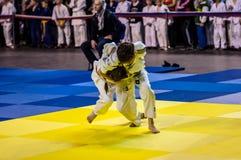 Orenburg, Rusland - 16 April 2016: De meisjes concurreren in Judo Stock Afbeeldingen