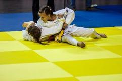 Orenburg, Rusland - 16 April 2016: De meisjes concurreren in Judo Royalty-vrije Stock Foto's